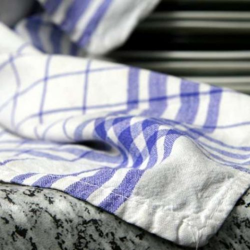 Por qué reutilizar los paños de cocina supone un riesgo para la salud (y cómo evitarlo)