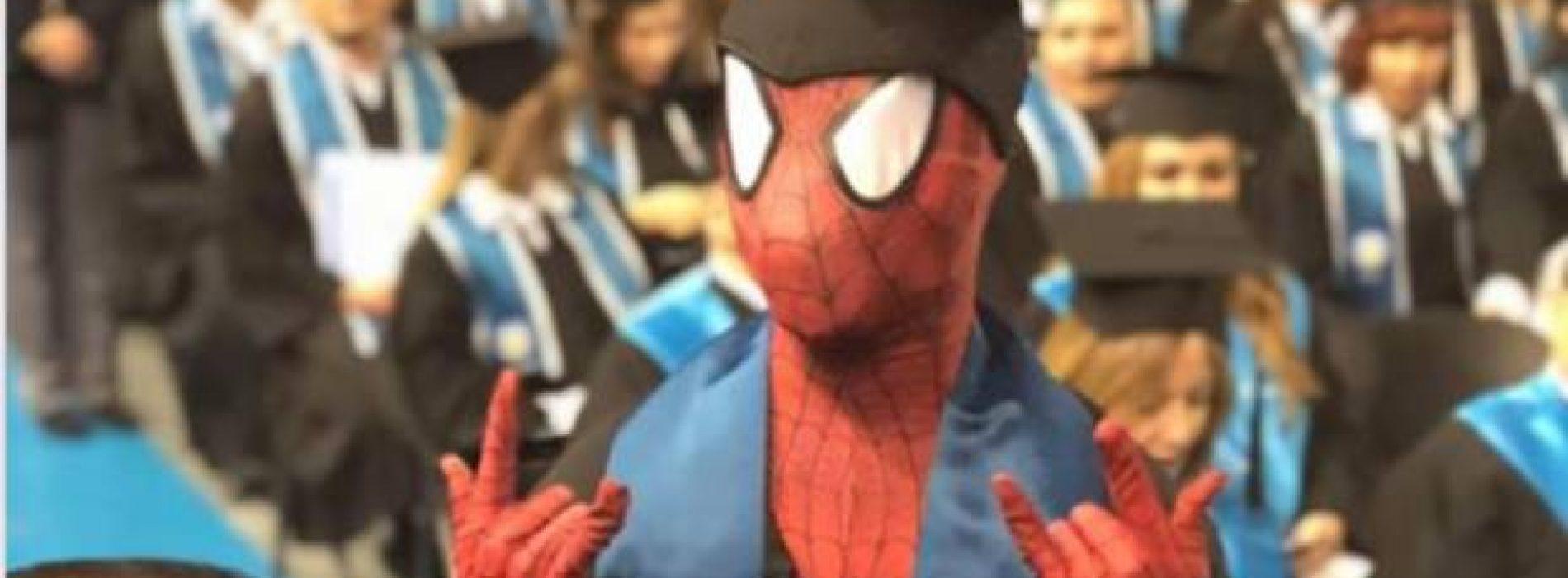 Se gradúa vestido de Spiderman; era su sueño de niño